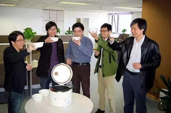 小米创始人团队喝小米粥