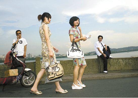 旗袍淑女裙民国学生装 传统服装又走到时尚前沿图片